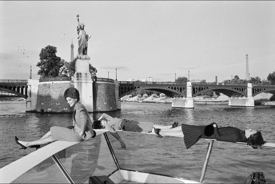 12-De-file-sur-un-bateau-Mouche_-1962