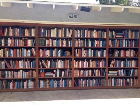garage-door-painted-like-giant-bookcase